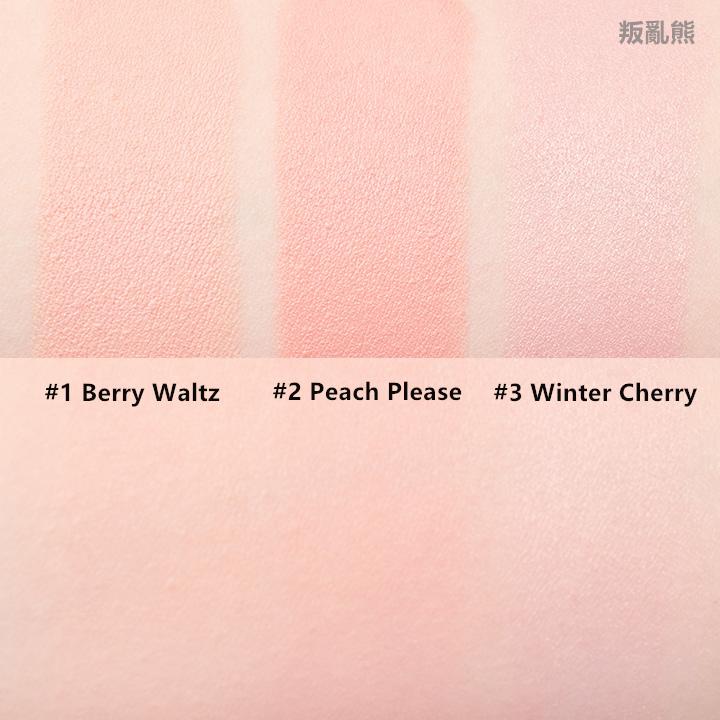 這次新出的腮紅棒總共就是這三種顏色~1號就是很自然的淡粉色,2號比較偏珊瑚色,雖然照片看不太出來,但它帶有一點珠光,3號則是比較冷色系的粉紅色