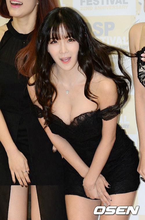 除了臉蛋變美以外,賢榮的身材也是網友們注意的焦點!過去這張新聞照,不知道讓多少韓國男性為她瘋狂啊…