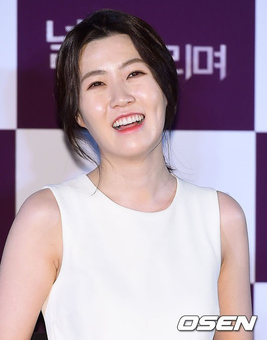 然而最近出席電影《等你》的製作發表會時,當天的妝感讓她被韓國網友們說「還不如素顏出來比較美」、「從童顏變成老顏」、「明明是1994年生的女演員,為什麼看起來像1984年生?」