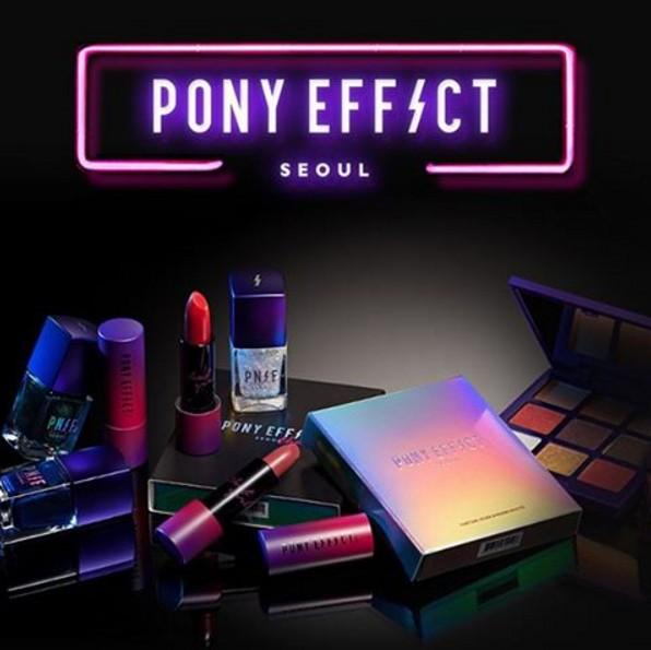 去年Pony主理的品牌PONY EFFECT也推出了假期系列彩妝,以霓虹感的高彩度彩妝作為主題重點,在韓國美妝界掀起一陣風潮