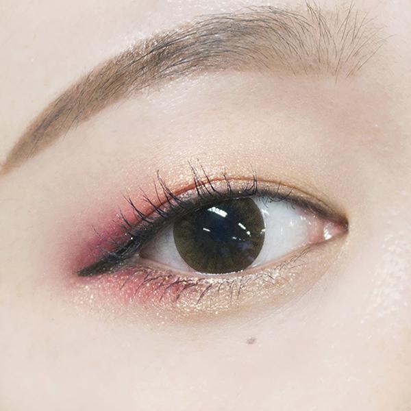 紅色的眼影看起來不會特別的誇張,再加上金色亮粉眼神反而有一種楚楚可憐兔子眼的感覺吧~♥