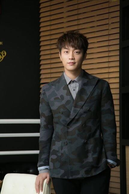 斗俊先前也是JYP的練習生,更曾參加過2PM的出道實境節目《熱血男兒》卻被淘汰。但CUBE當時的社長因為堅信斗俊一定會成功,所以邀請了斗俊去CUBE,雖然沒有順利的立刻出道而是先擔任起光solo時期的伴舞,卻也成為他累積舞台經驗的機會。