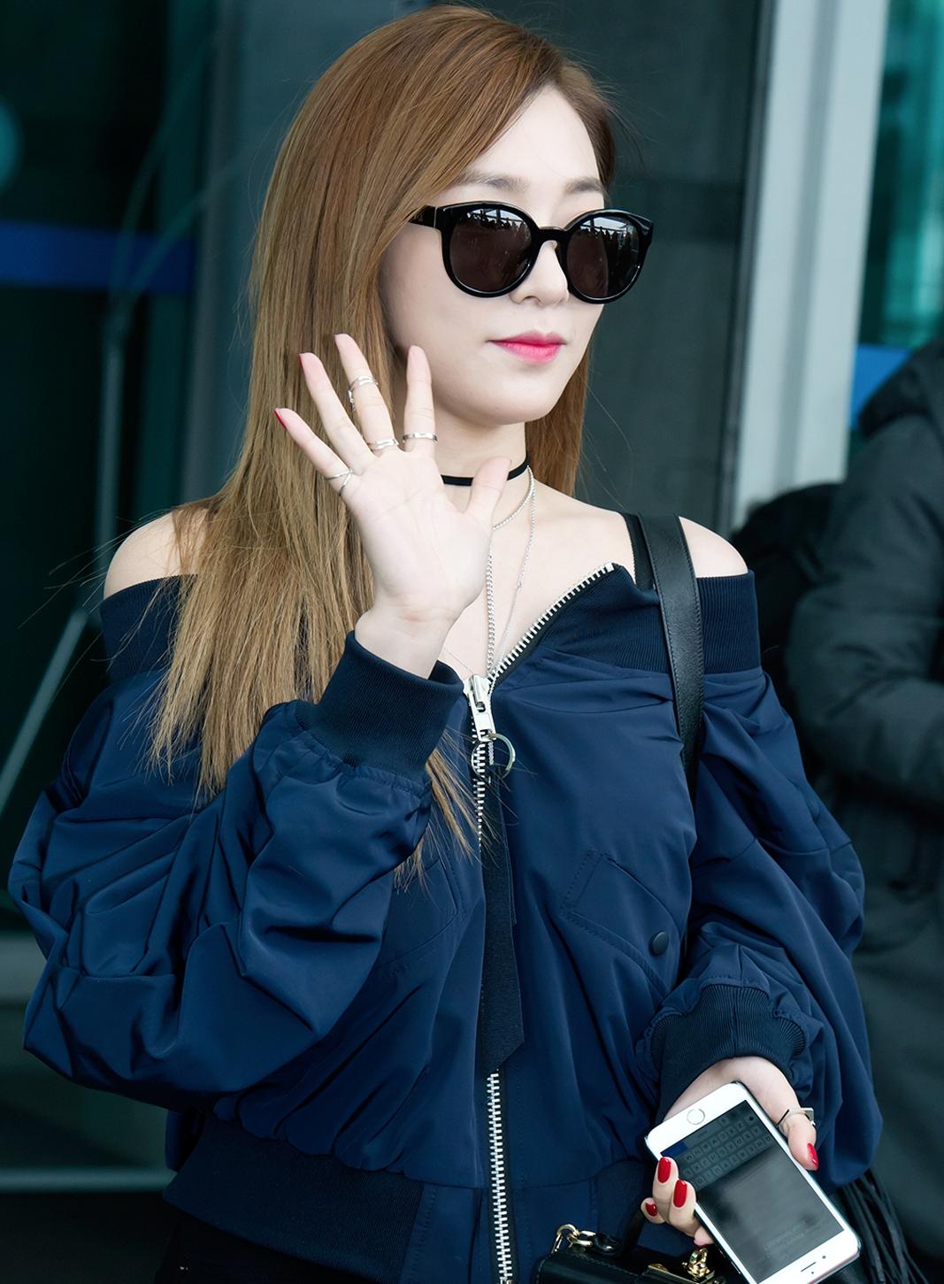 少時Tiffany首先以帥氣的露肩上衣展露了微性感卻又個性十足的風格!結合冬季流行過的飛行外套材質,露出白皙的肩膀,想電暈多少人~