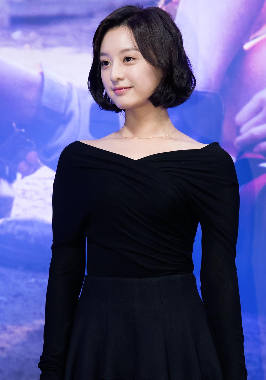 在《太陽的後裔》發表會上,金智媛以開襟全黑洋裝出席,打造優雅氣質!這樣的造型也很適合低調中喜歡展現獨特品味的女生~
