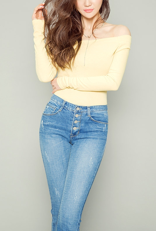 在韓國最常見的穿搭法就是素色上衣搭配高腰或寬管的牛仔褲!非常適合長髮歐尼~