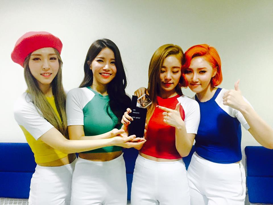 在昨天播出的 SBS《人氣歌謠》中,MAMAMOO 終於拿下出道以來的第一座「音樂節目獎盃」。