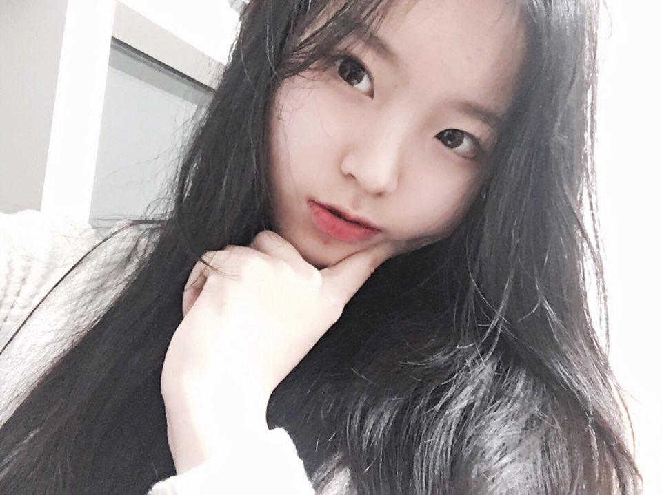 第一位公開的成員就是 손승채 (SEUNGCHAE),身為團內忙內的她,大家來猜猜她幾歲呢?