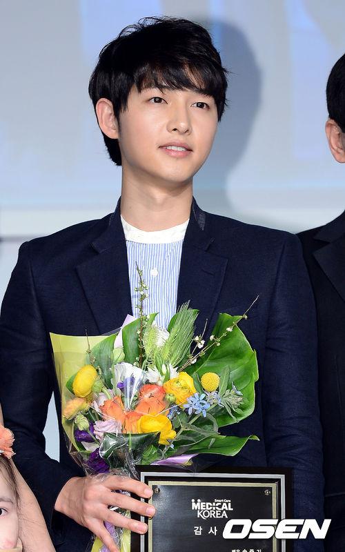 白皙的皮膚加上清秀的五官,宋仲基不僅在入伍之前就是韓國的代表型花美男,還是韓國不少明星大聲告白過的「理想型」第一人選。