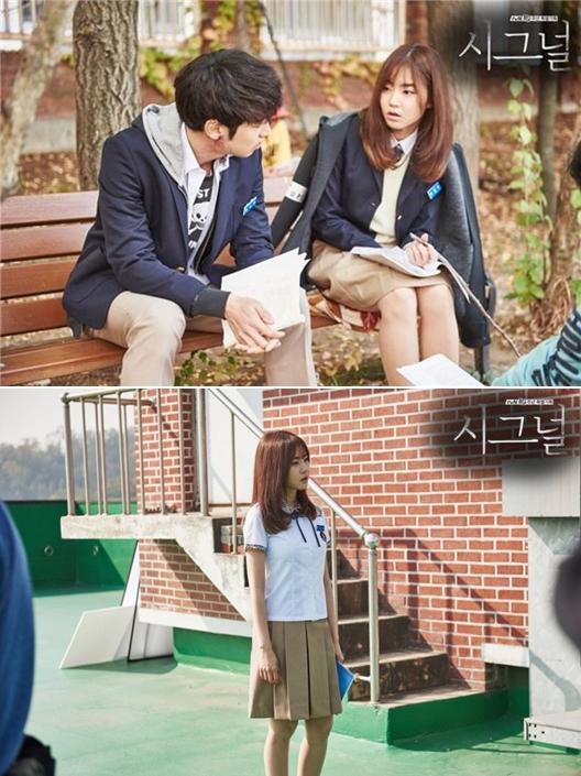 在tvN戲劇《Signal》中,則在第13集特別出演了男主角朴海英(李帝勳飾)高中同學的角色,穿高中校服也毫無違和感啊~ ※《Signal》是以韓國真實案件-華城連環殺人案為基底,並改編經典電影《殺人回憶》,是繼《岬童夷》之後,第二部改編華城連環殺人案的電視劇。主要在講述來自過去和現在的刑警,通過一台老舊的無線電聯繫,進而調查並偵破懸案的故事。