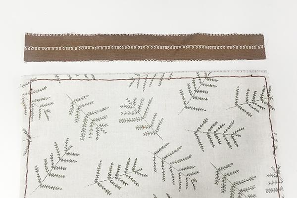 現在使用和內襯布類似的布... 在要縫拉鏈的地方可以畫點標出...(其實省略不標也沒關係的XD)
