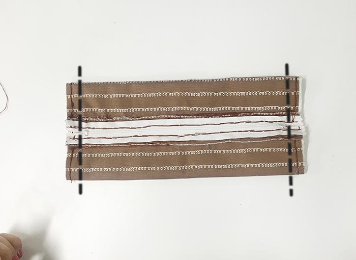因為我們要把連邊的開口縫起來..按標出的線縫即可  *把拉鏈邊上烤熱一下會輕鬆一點:-D