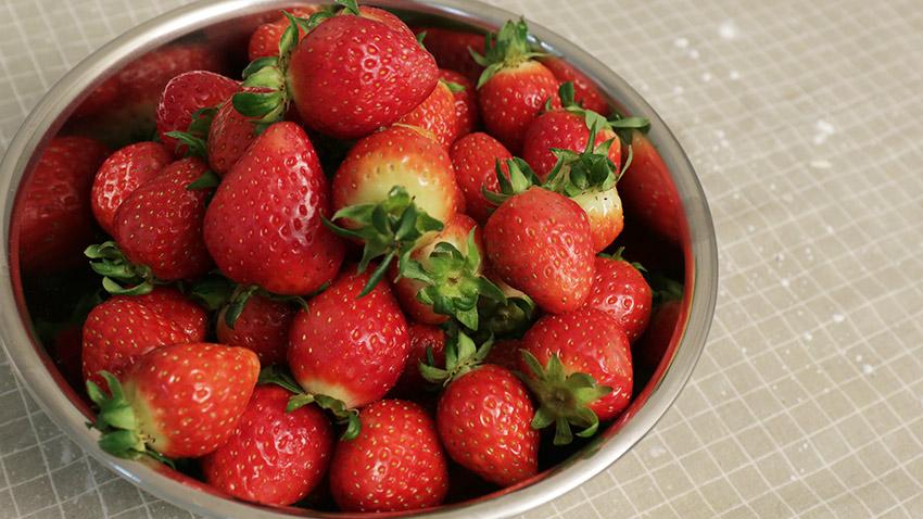 把草莓洗乾淨 去蒂 對半切