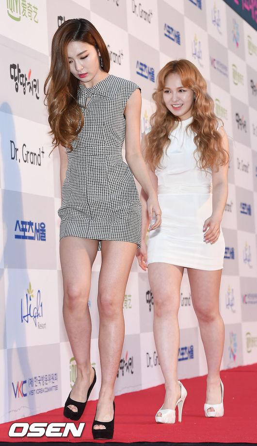 然而Wendy的腿被毒舌網友們指出「太誇張了」,站在瑟琪旁邊更容易顯得腿比較粗…