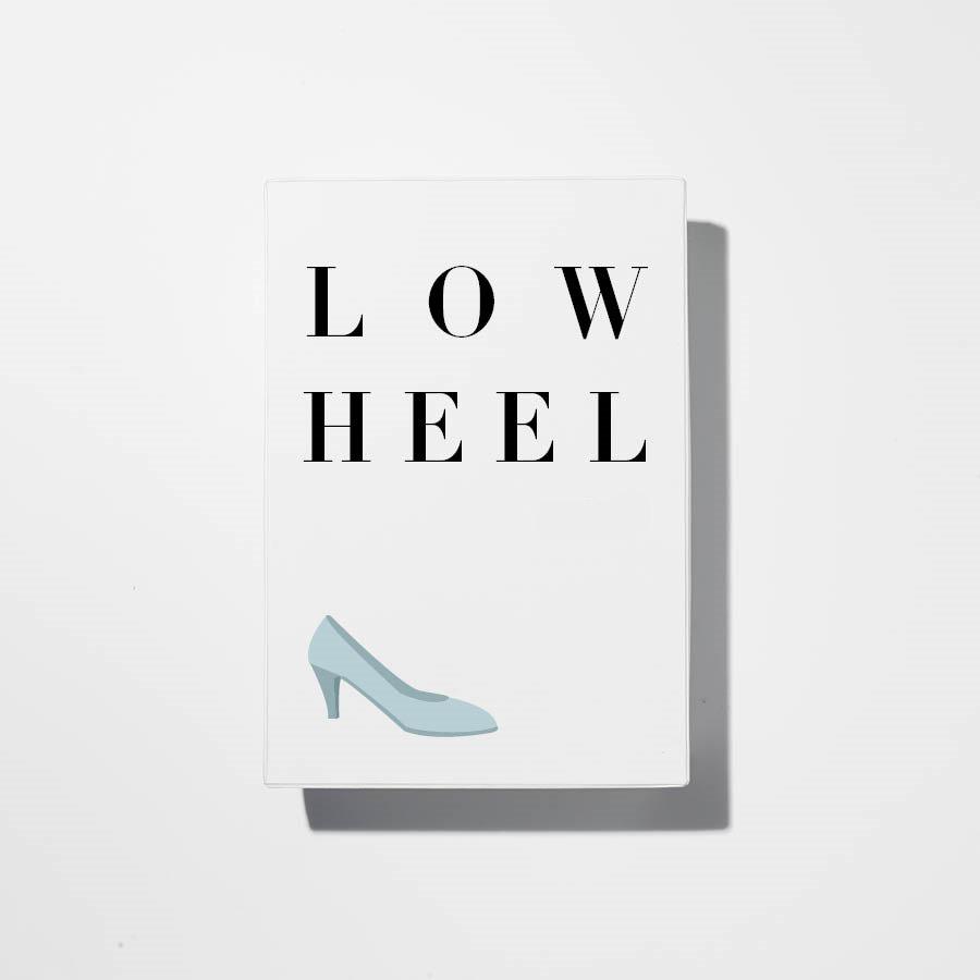 在本次系列中,相較令人眩暈的尖腳超高跟鞋,平穩的低跟鞋更受矚目...但是稍有不慎,就會讓人看起來腿短,比起穿長裙,stella推薦搭配褲裝!!:-D