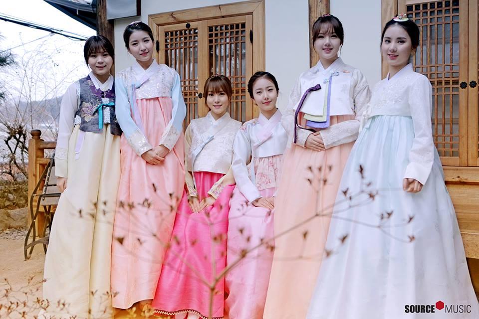 但有粉絲留言說,「其實這不是第一次,上次穿韓服的時候,就是全員綁頭髮了!」