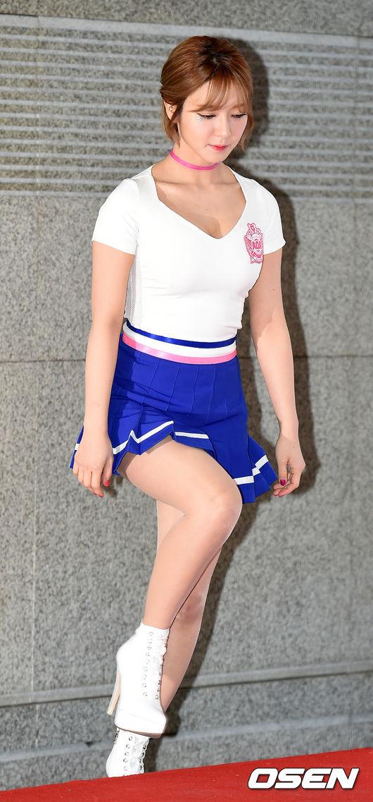 前陣子是因為身材變得比較圓潤,引起了韓國網友們兩極的反應,這次則是因為一張「彎下身」的照片…?