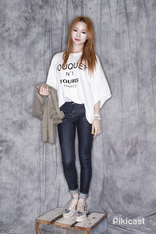 寬鬆的半長袖T-Shirt搭配上緊身牛仔褲,上寬下窄讓視覺上有顯瘦的效果
