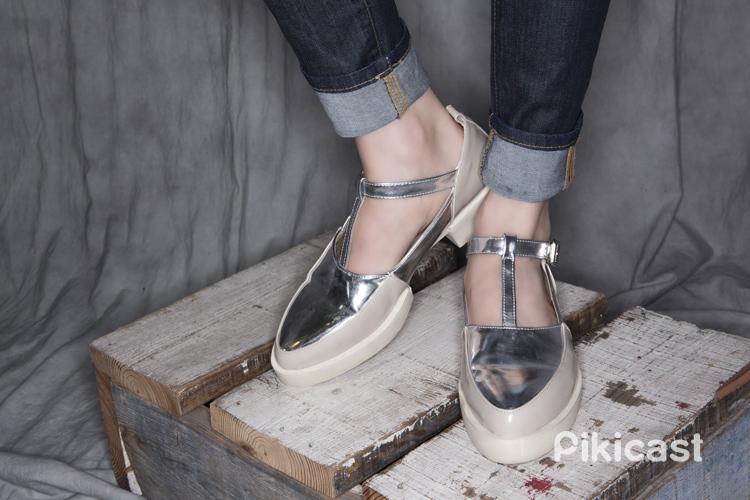 而這雙銀色亮皮的尖頭鞋為整體造型帶來一個亮點★