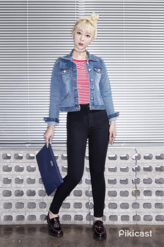 這種短版貼身的丹寧外套就是要搭配貼身型的單品阿~短版T和高腰緊身褲的組合還可以讓整體比例看起來更好喔!