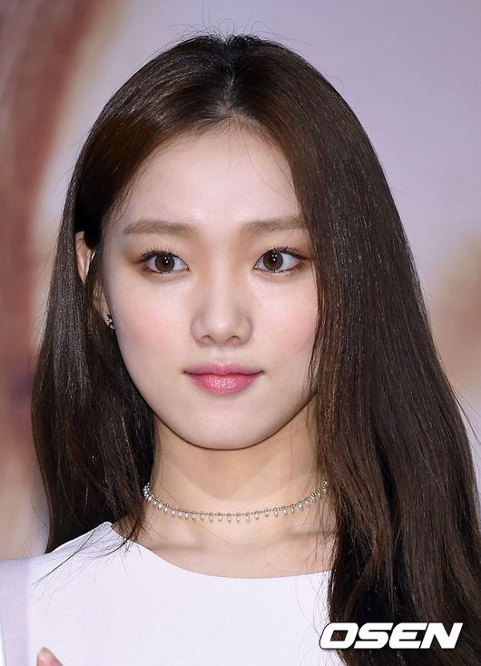 韓妞除了發漏她的私服穿搭,連她的眼妝也被韓妞們競相模仿!