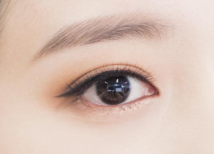最後戴上自然感的假睫毛,輕輕地刷上睫毛膏,李聖經眼妝就完成了!