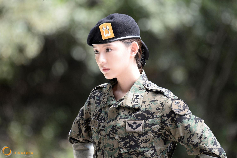 因為是軍醫官的關係,所以她也常以帥氣的軍裝出場,讓許多觀眾大喊,「又漂亮又帥氣!」