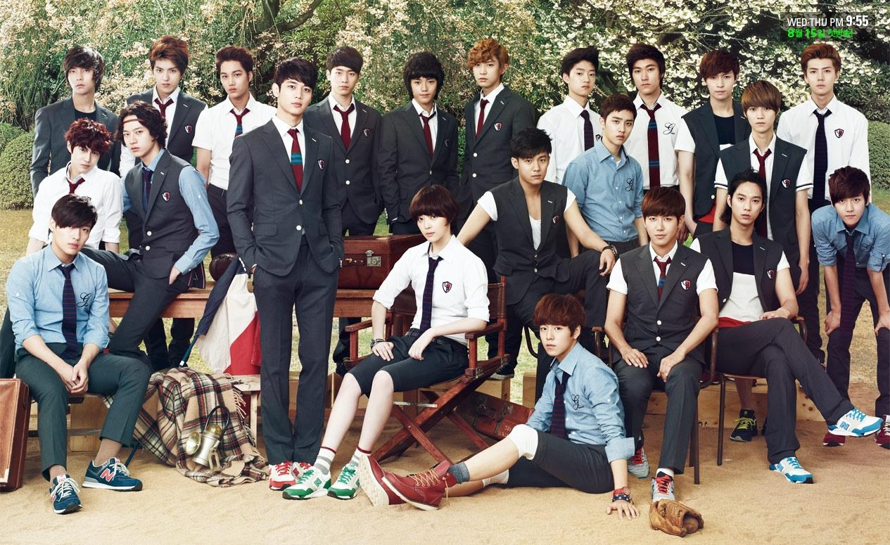 等等!那個最右邊摸膝蓋的男孩!對對對~沒錯就是你~這不是我們 EXO 的伯賢嗎?!誒~後面那三個不也是 EXO 成員嗎!