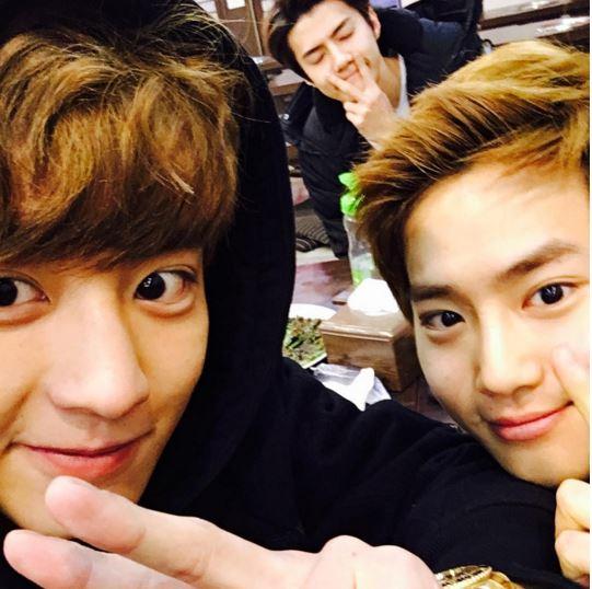 #4.EXO_燦烈: 同樣也被韓國網友選為自拍達人的燦烈,也是完美的假男友照的選擇!雖然拍照時一樣擺出剪刀手,但看起來就是和一般男生擺剪刀手不同,應該…也是顏值的關係吧!總之也是個很療癒心靈(?)的IG追蹤選擇!