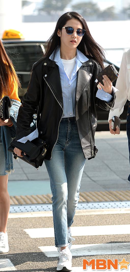 這一身機場時尚也被韓國網友們大讚「不是普通的時尚感!」 而且仔細一看!明明穿著平底運動鞋,看起來身材比例還是很好欸!