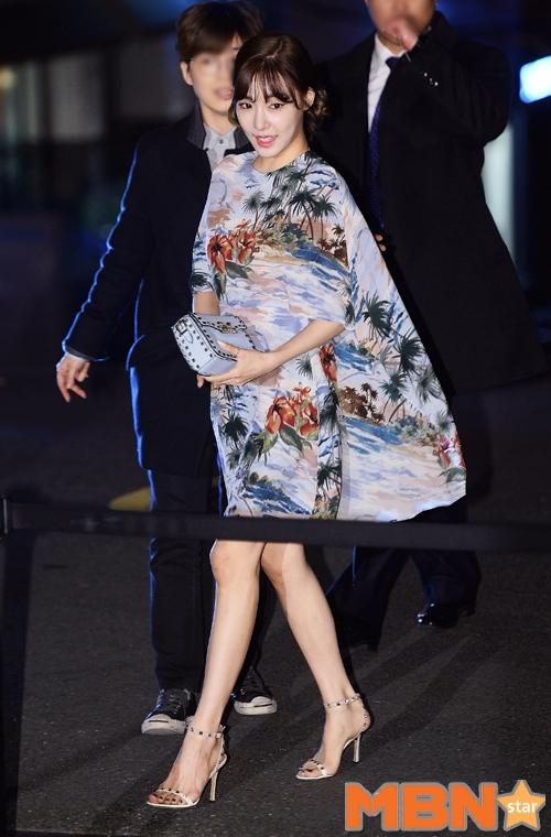 Tiffany身穿該品牌的印花裙裝,秀出白皙的美腿 8ㅅ8