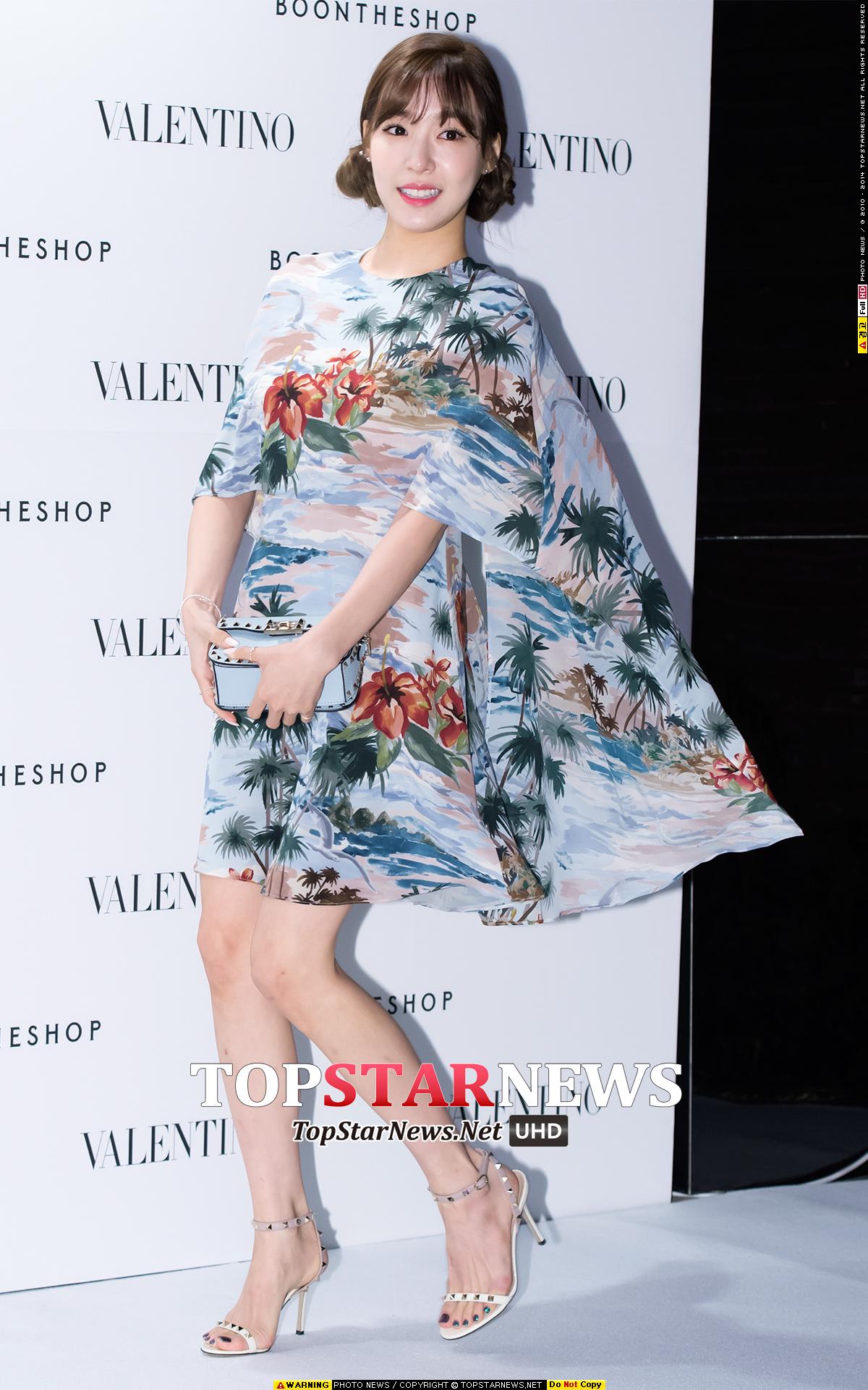 Tiffany參加活動時,以可愛的的髮型搭配充滿設計感的花卉設計,宛如俏麗的仙女下凡~