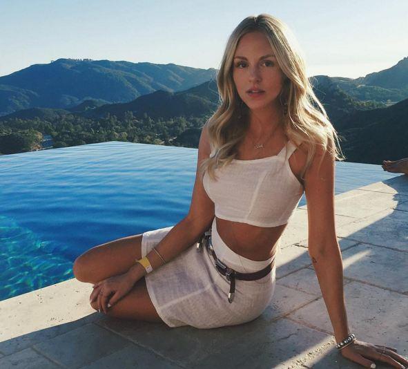她的博客、IG、FB、Twitter等各種社交媒體都運營得有聲有色, 每天的曝光量達8百萬以上,超級hot~