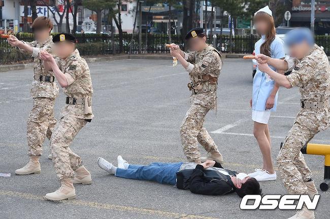 接著是某個男團… 上班路時尚的概念居然是《太陽的後裔》中的軍裝XD