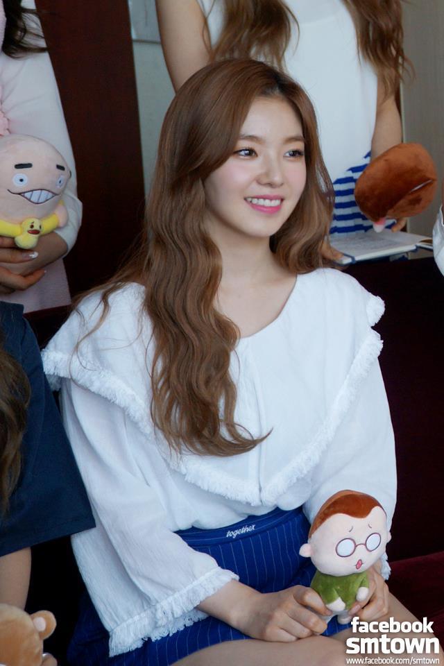 #9.Red Velvet Irene (904) 隊內的媽媽擔當,而且必殺技還是燙衣服跟打掃家裡,是韓國男生之間新大勢女神!唯一的缺點就是很容易被嚇到,所以大家要好好愛護Irene啊~而且最近Irene搭擋朴寶劍主持音樂節目,兩個人超可愛的互動也讓他們一起人氣高升