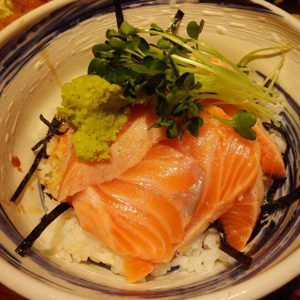 首先是這家在首爾蠶室的排隊美食《まんぷく (ManPuKu)》鮭魚蓋飯~聽說營業時間還沒到,門口就已經大排長龍呢!我們正峰哥竟然已經去朝聖了...