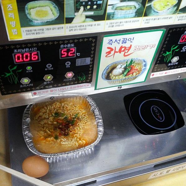 天吶~連在漢江公園的泡麵機也去朝聖ㅇㅠㅇ我們正峰哥真的是愈看愈有魅力~