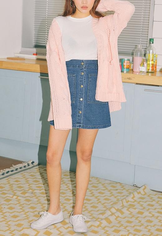 針織衫本身就有一種過大的效果,OVERSIZE的針織衫露單肩更有女人味