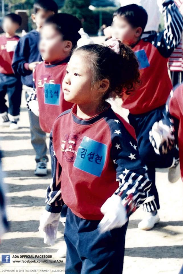照片中的雪炫戴著寫著名字的胸牌,參加運動會的團體舞蹈以及接力賽等各種項目。圓滾滾的大眼睛、尖尖的下巴,從那時候看就是小美女了啊!