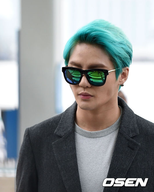 大家應該關心的是超越彩虹的男子俊秀啊!因為音樂劇的需要經常需要染髮,自己也常去換髮色,俊秀啊~這可是很傷頭髮的啊!