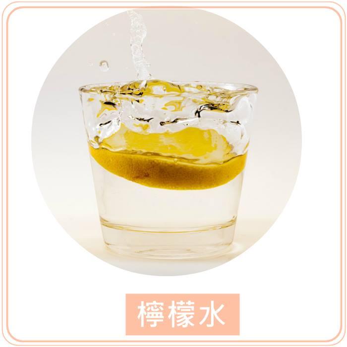 ▲檸檬水 擠幾滴檸檬汁到白開水內,如果覺得太酸的話也可以加點蜂蜜,但是不要加太多喔!檸檬水也是一個不錯的減肥小幫手,不少女星也都很喜歡喝檸檬水呢!檸檬水內含豐富的維他命C,可以幫助養顏美容,並且可以幫助排便。