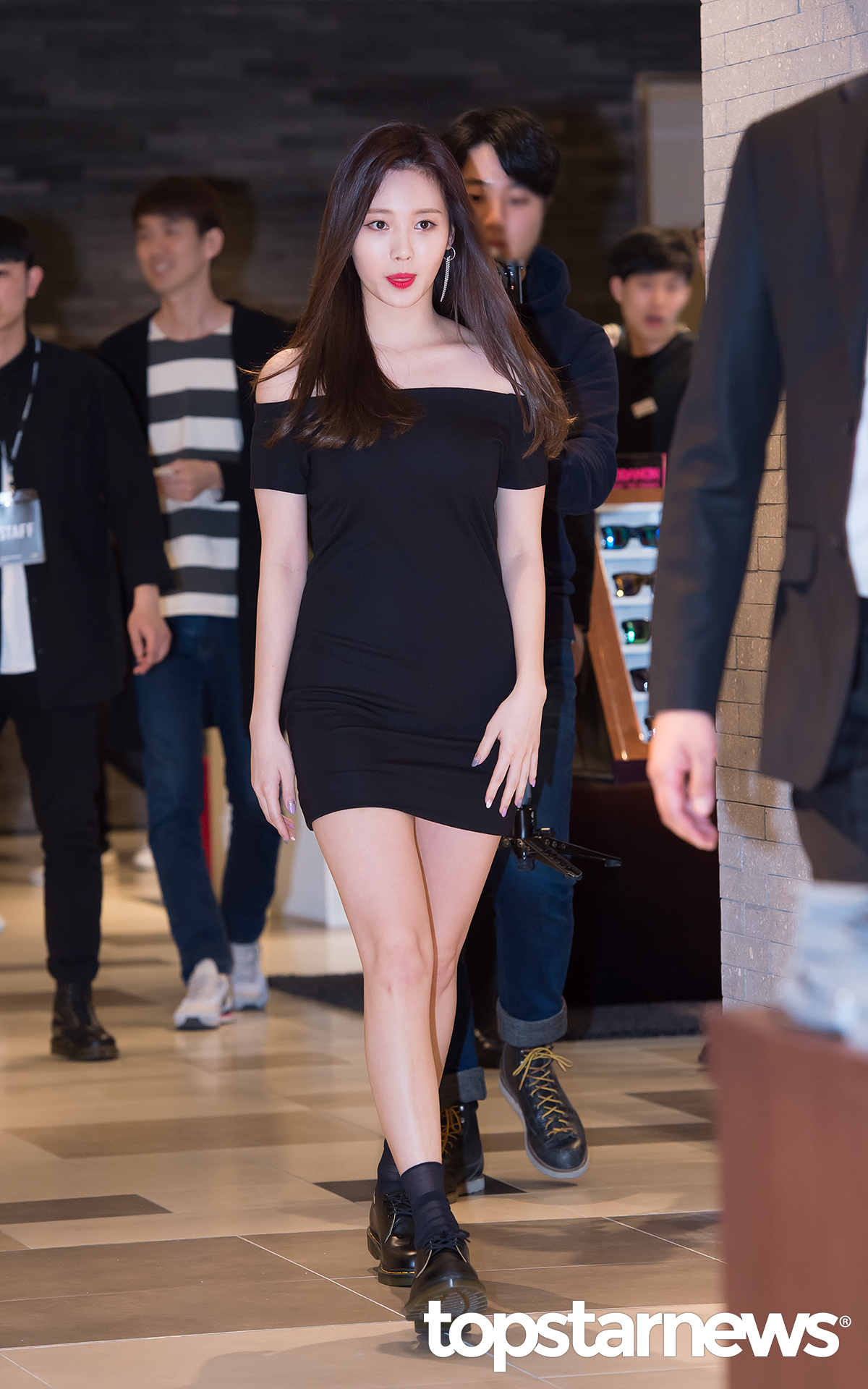 它就是Girl's Day的Yura,最近亮相新世紀百貨商場參加Dr. Martens 56週年紀念活動,雖然穿著Dr. Martens家的馬汀鞋,卻盡顯大長腿。