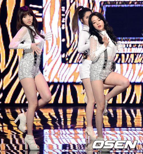 從這張舞台照片就能明顯看出來,Yura的腿要比珉雅長很多!而且腰也更細。