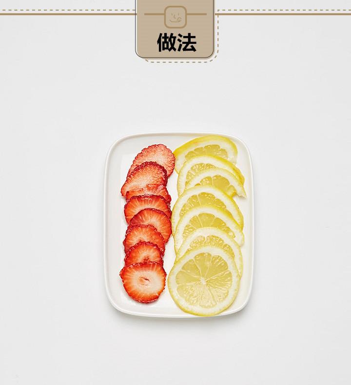 先把草莓和檸檬切成薄片,切得越薄,浸泡在水裡才能越入味!