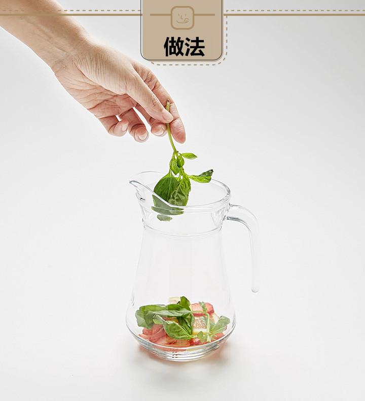 把切好的草莓片和檸檬片放進玻璃瓶內,再放進幾片九層塔來調味,如果不喜歡太九層塔的香味,可以少放一點。