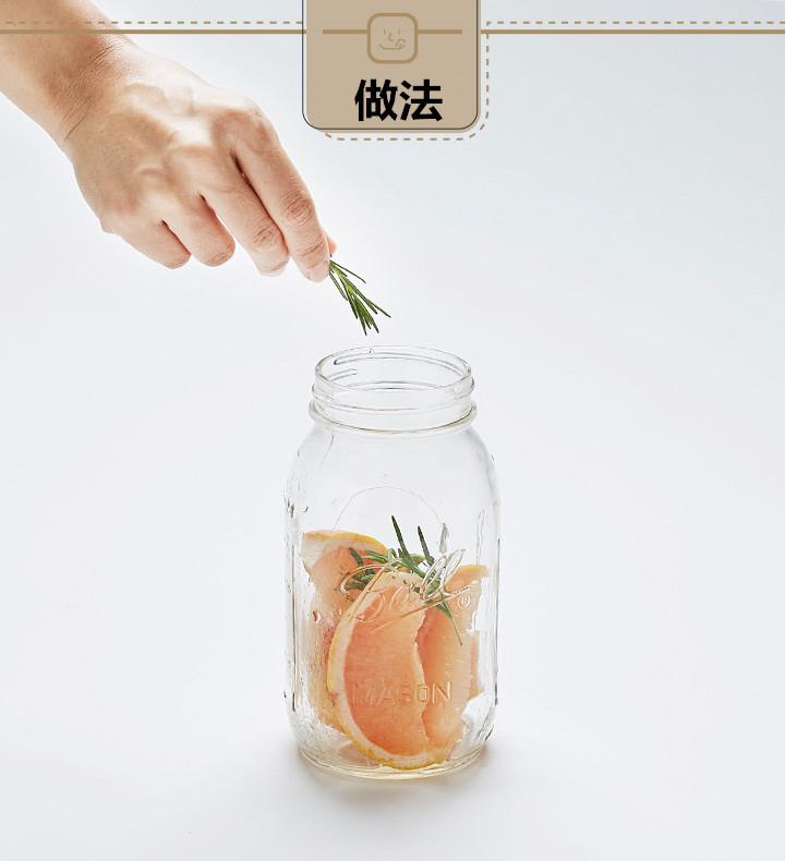 柚子塊裝進玻璃瓶后,放進適量的迷迭香。