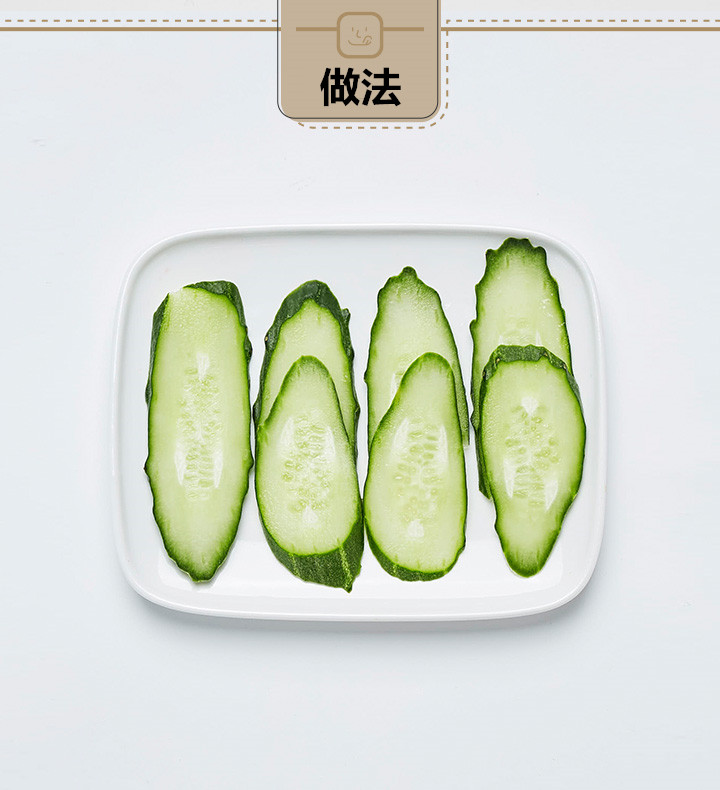 黃瓜和檸檬都切片,越薄越好。