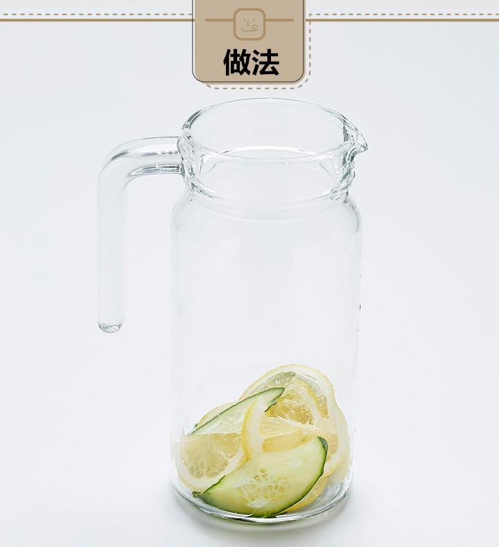 把黃瓜和檸檬片都裝進玻璃瓶里。