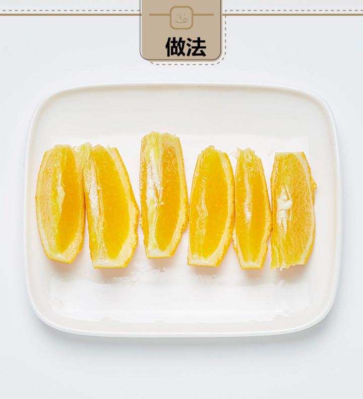 橘子的汁也比較多,所以比起切片,切成塊狀更好。鳳梨和蘋果也都切成小塊。