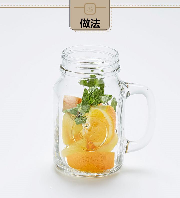 玻璃瓶里放進切好的橘子、鳳梨、蘋果,再放進一點薄荷。