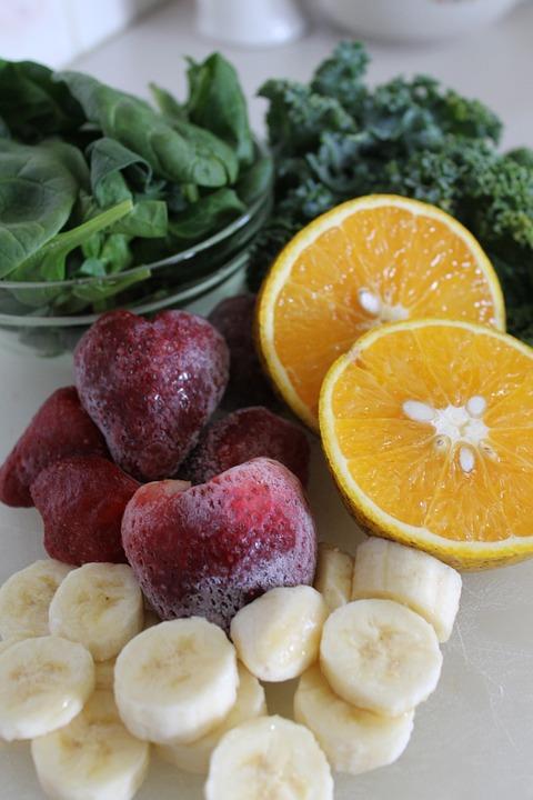 做法簡單,就是把水果、蔬菜或香料加進白開水,密封在玻璃瓶里,放進冰箱冷藏3-12小時,讓水果味滲進純凈水後飲用。因為蔬果高含維他命、礦物質、抗氧素和有對抗自由基的作用,因此喝水的同時也能排毒。